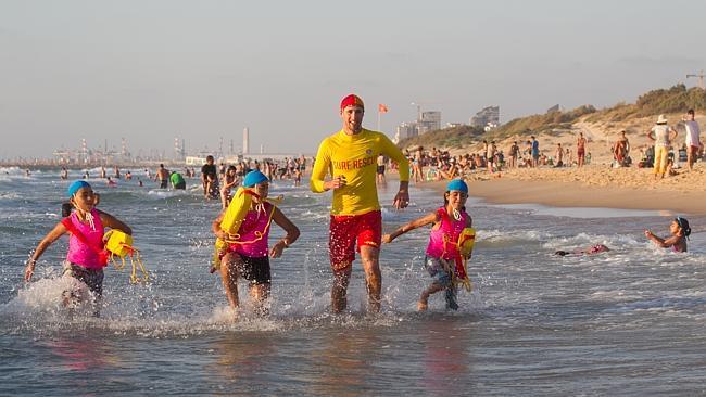 Sydney lifesaver Callum Hawkins with Israeli children picture miriam alster